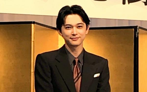 NHK大河ドラマの主演に決まり笑顔をみせる吉沢亮