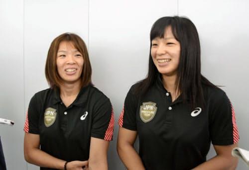 レスリング世界選手権への出発前に意気込みを語る女子57キロ級の川井梨紗子(左)と妹で同62キロ級の友香子(12日、羽田空港)=共同