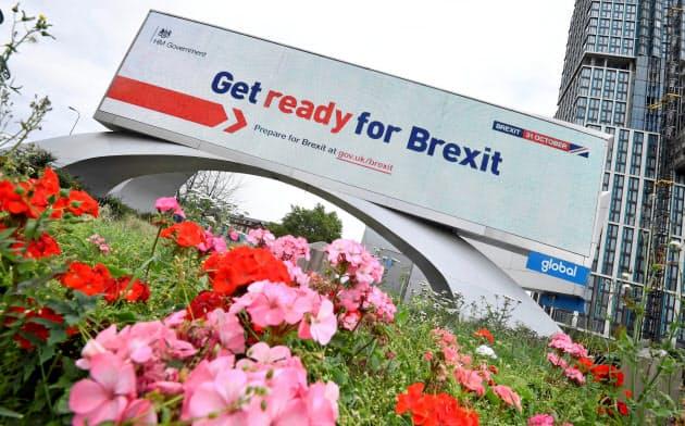 EU離脱への備えを呼びかける英政府の看板(ロンドン)=ロイター