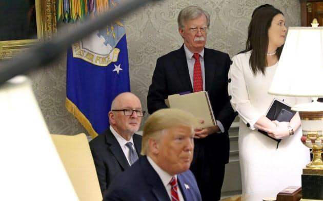 ボルトン氏(後列中央)は自分の世界観をトランプ大統領(手前)に押し付けようとして解任された=ロイター