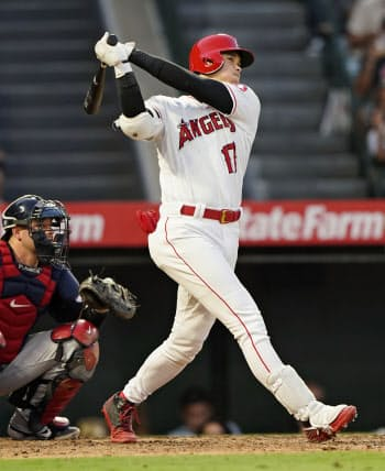 インディアンス戦の5回、18号本塁打を放つエンゼルス・大谷(11日、アナハイム)=共同
