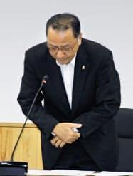 女児死亡事件の対応について謝罪する鹿児島県出水市の椎木伸一市長(12日、出水市役所)=共同