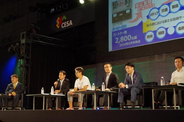 「ゲーム業界ともコラボを進めていきたい」と語るNTTドコモの5Gイノベーション推進室長の中村武宏執行役員(左から2人目、12日午前、千葉市)