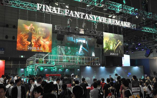 スクウェアエニックスのゲーム「ファイナルファンタジーVIIリメイク」の紹介ブース(12日、千葉市の幕張メッセ)
