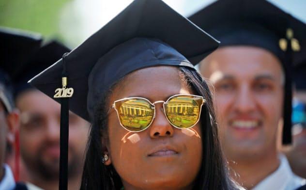 MITの卒業式の風景。MITはシリコンバレーの勃興とともに寄付金の獲得でスタンフォード大の後じんを拝している=ロイター