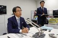 時短実験について説明するファミリーマートの加藤利夫副社長(左、東京・千代田)