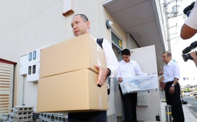 竹山修身前堺市長の後援会事務所から押収物を運び出す大阪地検の係官(12日午後、堺市)