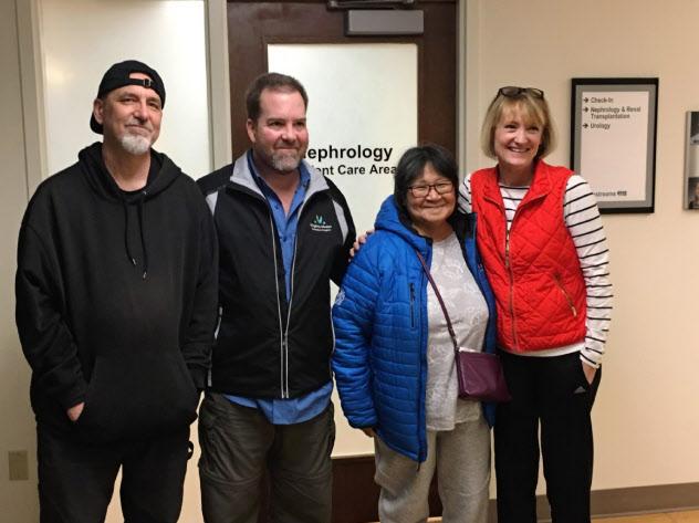 腎臓交換による移植手術の数週間後の2019年3月、4人はシアトルの病院で集合した。(左から)腎臓移植を受けたダグラスさん、単独ドナーとして腎臓を提供したスティーブさん、アラスカ出身のデビーさん、ダグラスさんのペアドナーとなったウェンディーさん