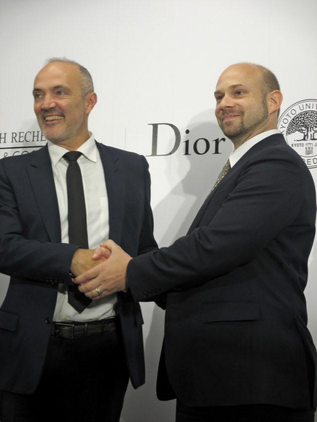 会見で握手を交わすLVMHリサーチのブリューノ・バヴーゼ所長(左)と京都大学のクヌート・ウォルツェン准教授