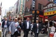 横浜中華街を視察するハンセン氏(中央)
