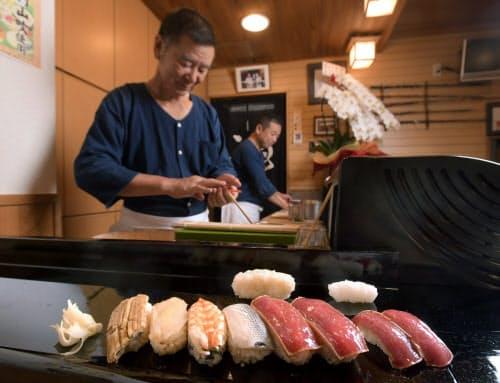「深川すし三ツ木」(東京都江東区)は江戸時代の寿司を再現して提供する。通常の握り(右端の2貫)に比べ一回り大きい=岡村 享則撮影