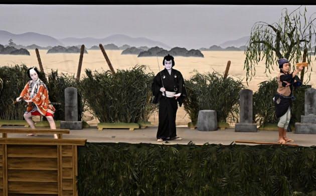 いずれも初役ながら好演した中村七之助(左)、片岡愛之助(中)、市川中車