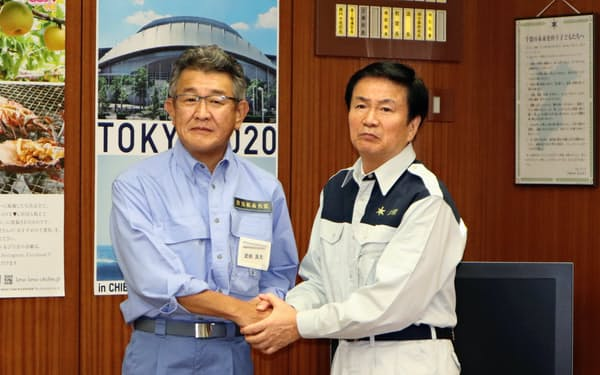 被害復旧へ連携を確認した森田健作知事(右)と武田良太防災相(12日、千葉県庁)