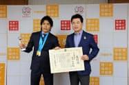 佐藤市長(右)が楢崎選手に市長特別賞を授与した(12日、宇都宮市)