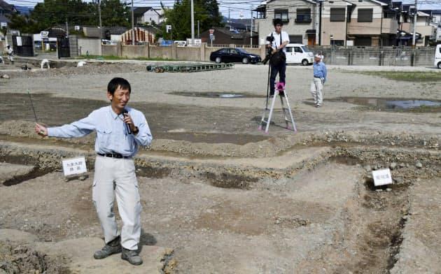 発掘調査で見つかった、平安京の「九条大路」の側溝(右下)や路面(12日午後、京都市南区)=共同