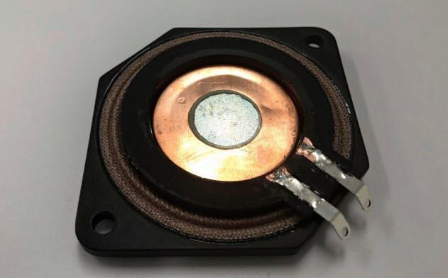 加振器でガラスを振動させることで音を出す