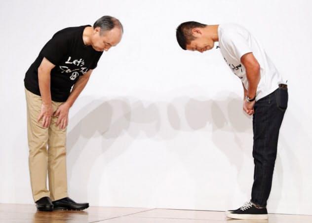 頭を下げるソフトバンクグループの孫正義会長兼社長(左)とZOZO創業者の前沢友作氏(12日、東京都目黒区)