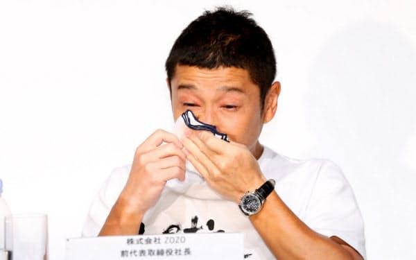 記者会見で涙を拭うZOZO創業者の前沢友作氏(12日、東京都目黒区)