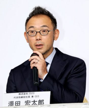記者の質問に答えるZOZOの沢田社長(12日、東京都目黒区)