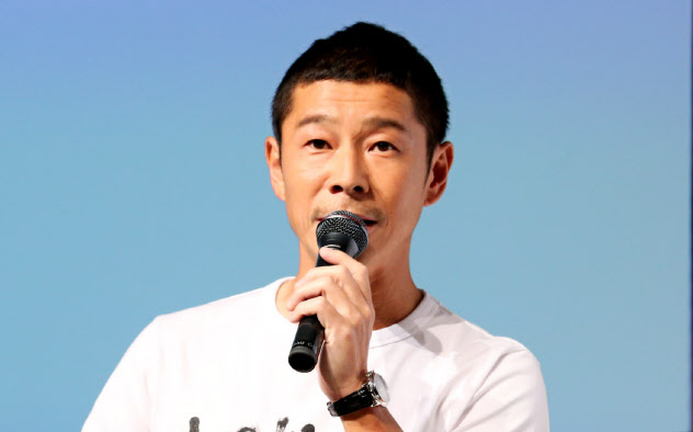 記者会見するZOZO創業者の前沢氏(12日)