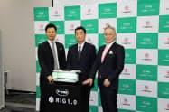 捕虫器サービスを発表したアース環境サービスの松本吉雄社長(中央)ら