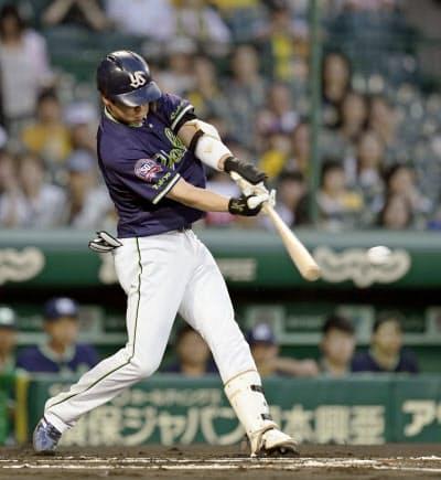 1回ヤクルト1死三塁、山田哲が左翼線に先制二塁打を放つ(12日、甲子園)=共同