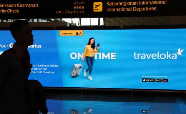 インドネシア・スカルノハッタ国際空港に表示されたトラベロカの広告=三村幸作撮影