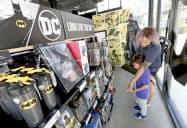 エネルギー価格を除いた米消費者物価は上昇し始めた(米カリフォルニア州の小売店)=AP