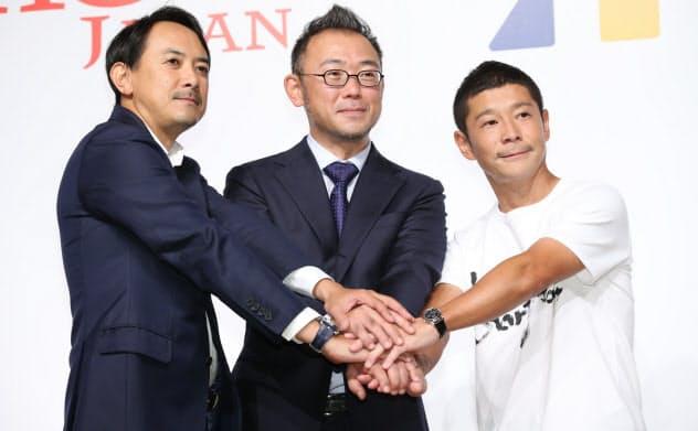 記者会見で握手する(右から)ZOZO創業者の前沢氏、沢田社長、ヤフーの川辺社長(12日、東京都目黒区)