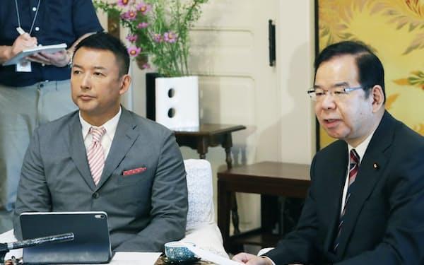 共産党の志位和夫委員長(右)との会談を終え、並んで記者会見するれいわの山本太郎代表(12日、国会内)