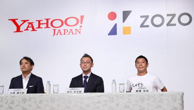 記者会見する(右から)ZOZO創業者の前沢氏、沢田社長、ヤフーの川辺社長(12日、東京都目黒区)