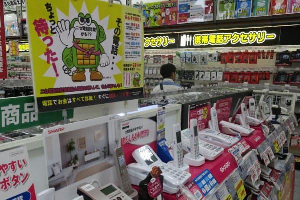 市内の家電量販店では「まっ太くん」(左上)が警戒を呼び掛ける(8月、福岡市中央区)