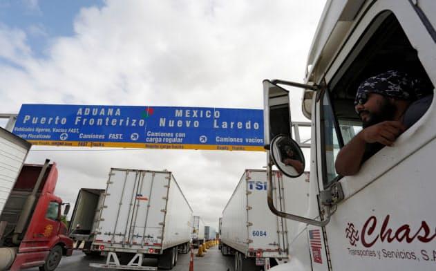 USMCAを巡ってトランプ政権と議会の神経戦が始まった(国境検査を待つメキシコのトラック運転手)=ロイター