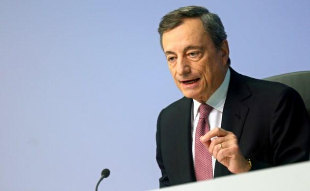 独仏の反対にもかかわらず量的緩和を再開するドラギECB総裁(12日の記者会見=ロイター)