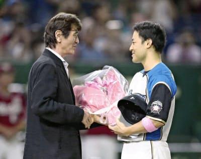 今季限りの引退を決めた日ハム・田中賢。左は入団時の監督だった大島康徳氏=共同