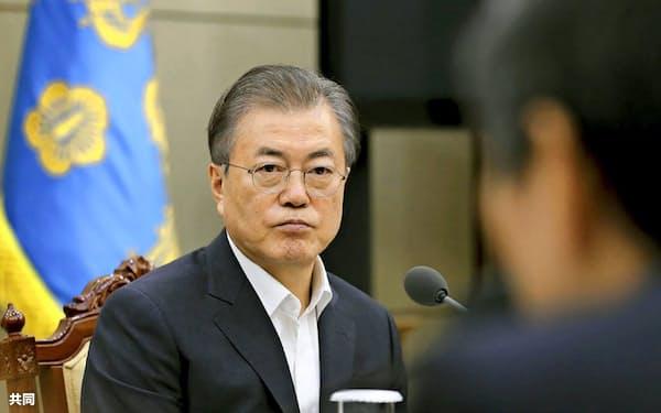日韓GSOMIA破棄の決定について報告を受ける文大統領(8月、ソウル)=韓国大統領府提供・共同
