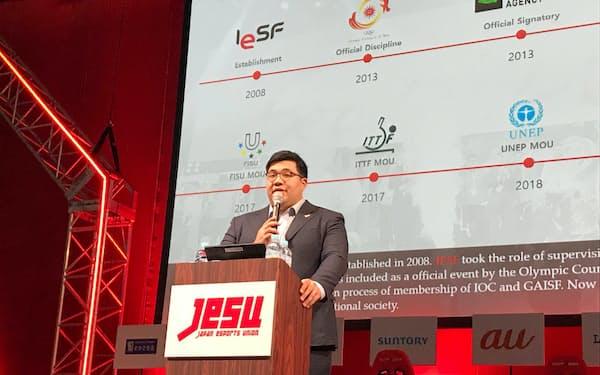 東京ゲームショウで講演するIeSFのレオポルド・チャン事務局長(13日・千葉市)