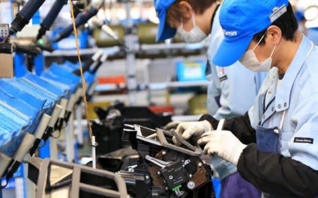 カルソニックカンセイの工場(群馬工場で空調ユニットを組み立てる様子)