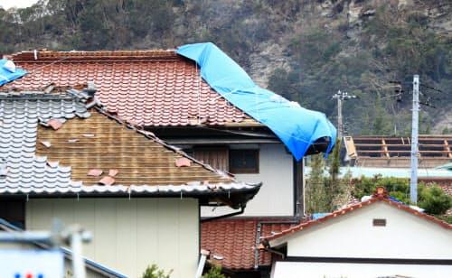 瓦が崩れたほか、屋根が吹き飛んだ家屋もある(13日午前、千葉県南房総市)