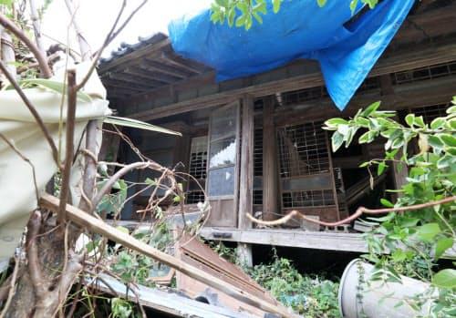 台風15号の被害を受けた家屋(13日午前、千葉県南房総市)
