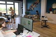 三菱地所が提供するワーケーション用オフィスでは、利用者がリラックスした雰囲気で働く(和歌山県白浜町)