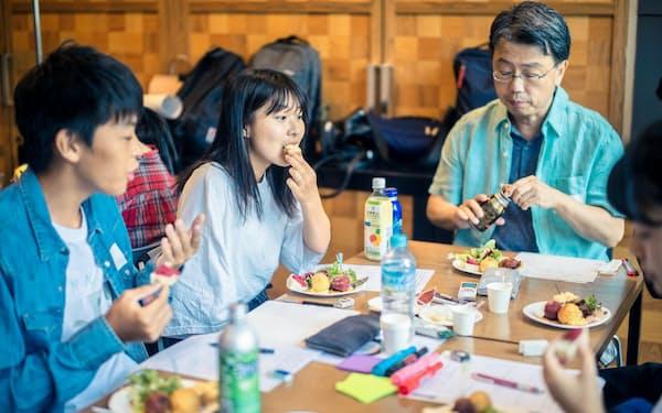 高校生がミツカンの「ゼンブ」を使った料理を試食しながら「食品ロス」などについて話し合った(オプンラボ提供)