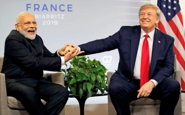 モディ首相(左)はトランプ氏と親しいが、インドは米国から関税優遇措置を外された=ロイター