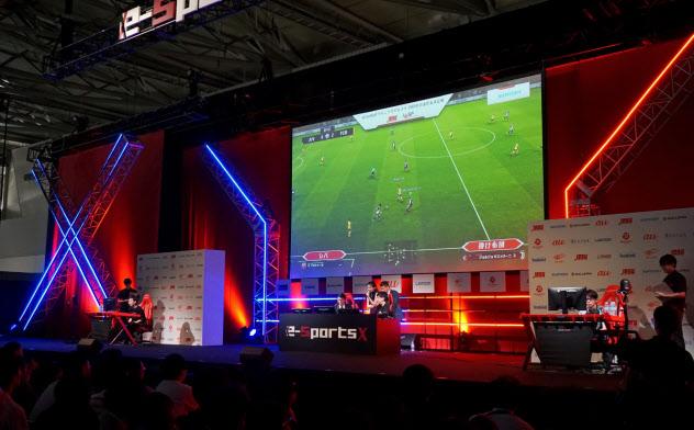 東京ゲームショウでは、国際eスポーツ連盟が主催する大会へのサッカーゲームの日本代表決定戦も開かれた(12日、千葉市の幕張メッセ