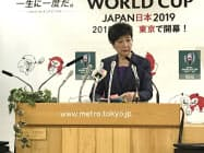 会見で記者の質問に答える小池知事(13日、都庁)