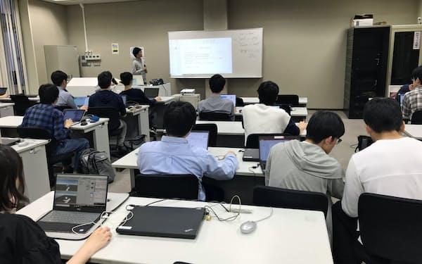 慶応大学では学生が学生にAIやプログラミングについて教える取り組みを進める