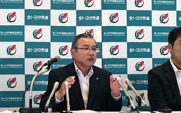 定期大会を前に記者会見する全トヨタ労連の鶴岡光行会長(13日、名古屋市)