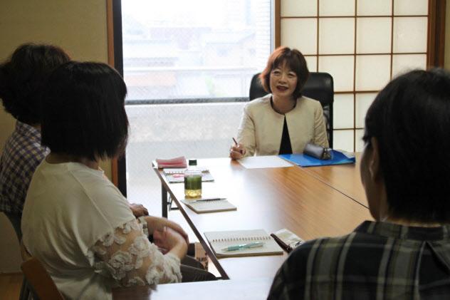 引きこもりの子を持つ親たちのセッションで助言する山根教授(写真中央、8月20日、山口県宇部市)