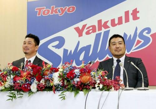 引退会見で笑顔を見せるヤクルトの館山昌平投手(左)と畠山和洋内野手(13日、東京都内の球団事務所)=共同