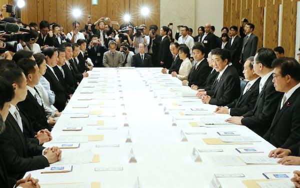 首相官邸で開かれた初副大臣会議(13日)